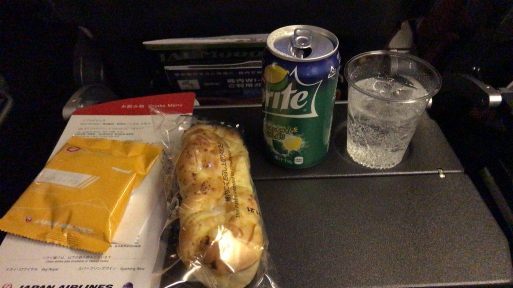 全日空 シンガポール便の軽食 スナックとパン
