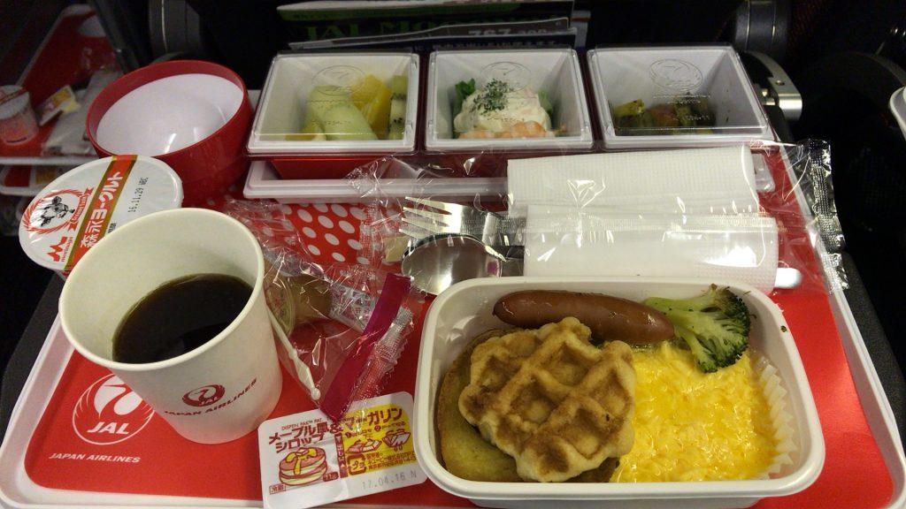 全日空シンガポール便の食事 量は十分ある