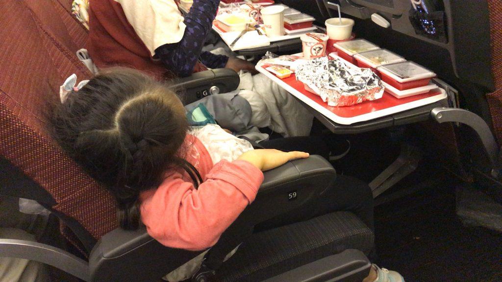 子供にとっては座席は寝やすい?のかもしれません