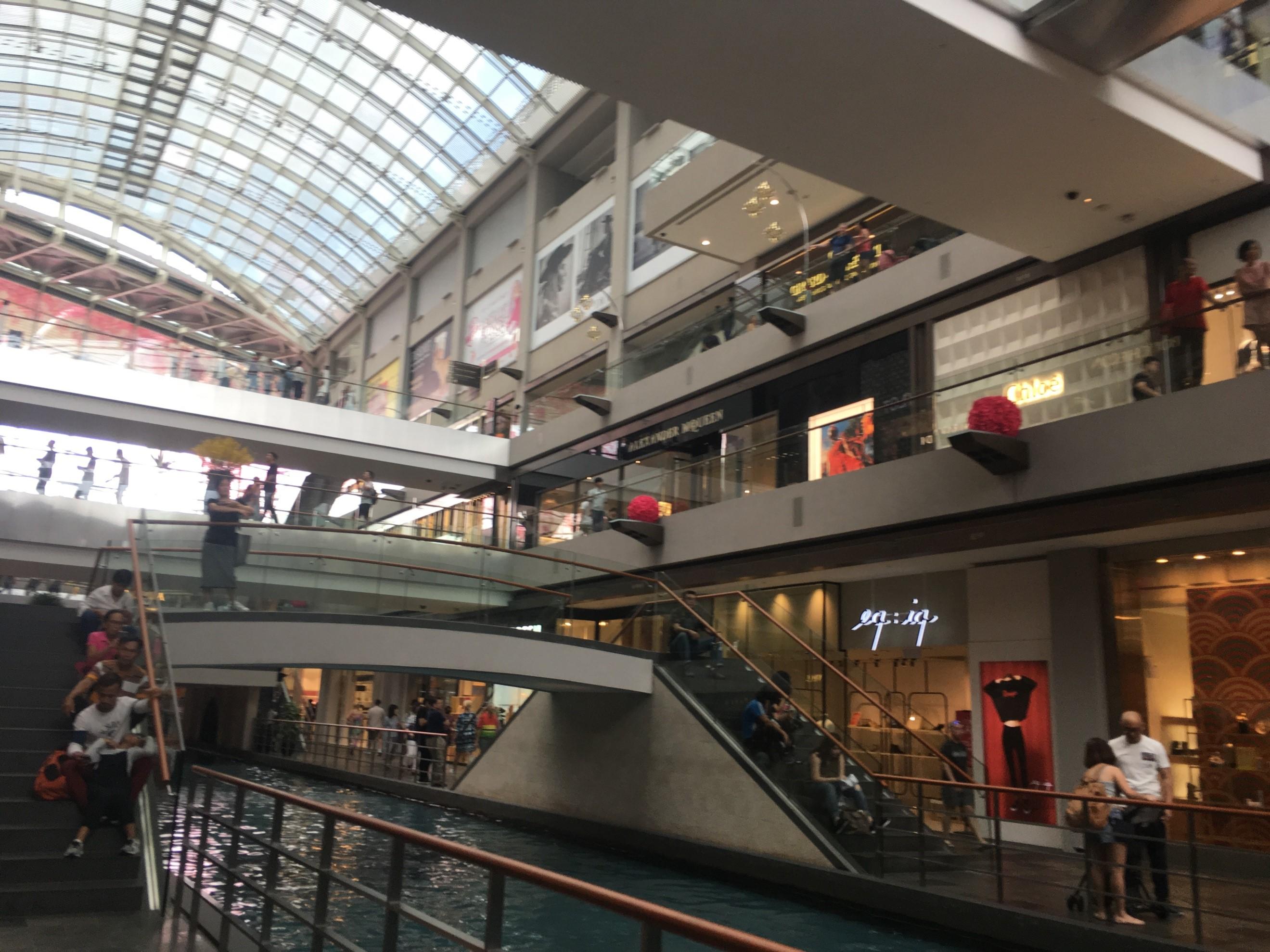 ショッピングモール内の人工的な川